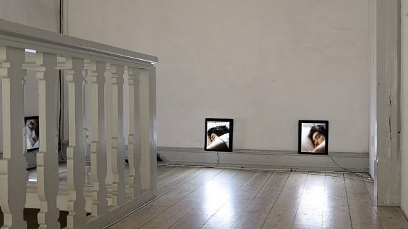 """Apichatpong Weerasethakul """"Teem"""" (2007). Installationsview. Foto: Frida Gregersen"""